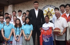 Yao Ming towers over everyone on Philippines visit